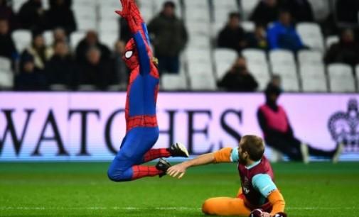 ВИДЕО. Човекот пајак се обиде да го прекине мечот меѓу Сити и Вест Хем