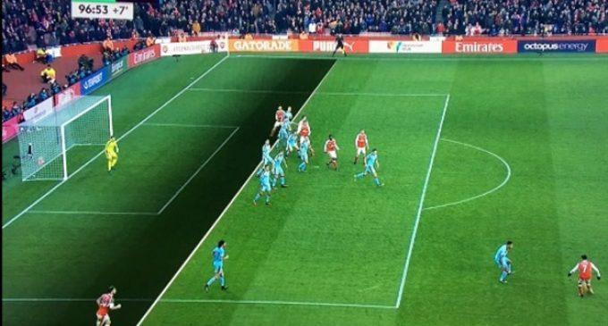 Челзи рутински, Арсенал победи со помош на судијата