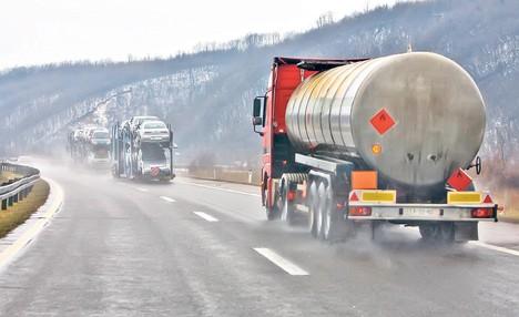 Поради лошото време забранет влез за камиони и автобуси во Грција