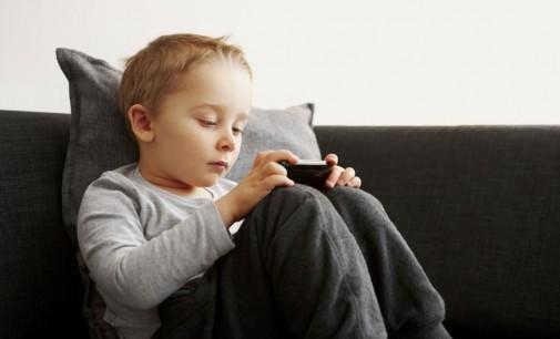 Употребата на смартфоните го зголемува ризикот од синдромот на суво око