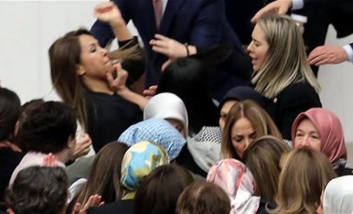 ВИДЕО.Женска тепачка во турскиот парламент