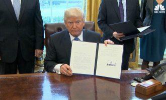 Трамп ги потпиша указите за изградба на два спорни нафтовода
