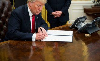 Трамп потпиша указ против законот за здравство Обамакер
