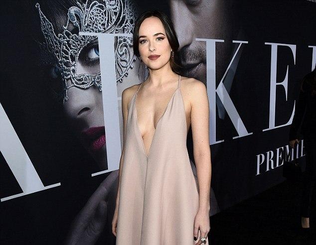 """Дакота со секси стајлинг на премиерата на """"Fifty Shades Darker"""""""