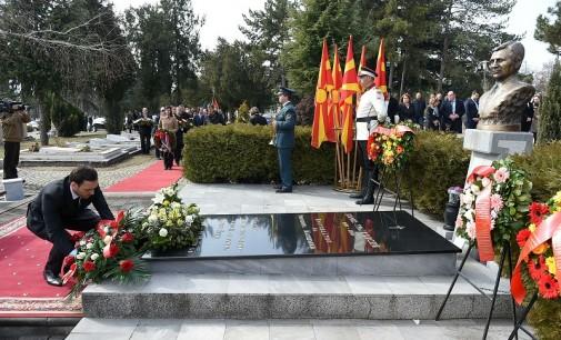 Делегација од градот Скопје положи цвеќе на гробот на поранешниот претседател Борис Трајковски