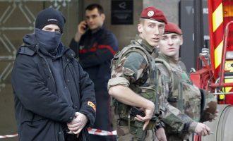 Утврден идентитетот на напаѓачот врз воената патрола во париски Лувр
