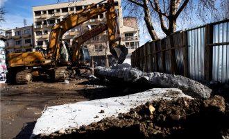 Србите го урнаа ѕидот во Косовска Митровица