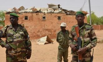 Петнаесет нигерски војници убиени во напад на западот од земјата