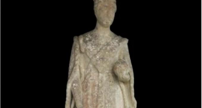Во двор откриена одамна исчезнатата статуа на британската кралица