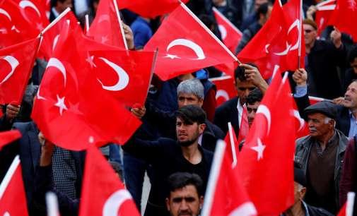 Гласини за нов преврат во Анкара – стотици луѓе ја поминаа ноќта на улица