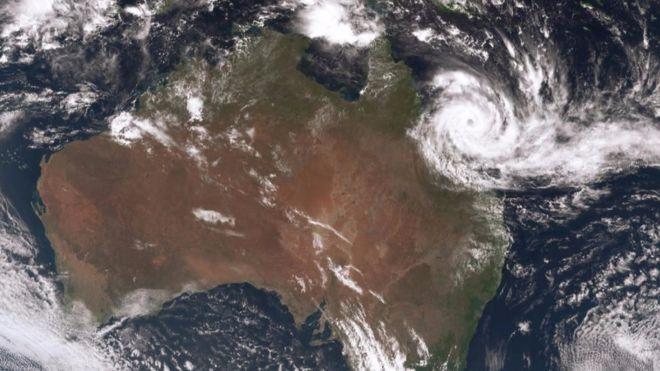 """Илјадници евакуирани пред циклонот """"Деби"""" да го погоди копното на Австралија"""