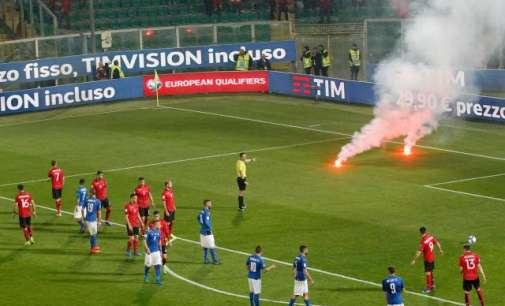 Албанските навивачи предизвикаа прекин на натпреварот во Палермо