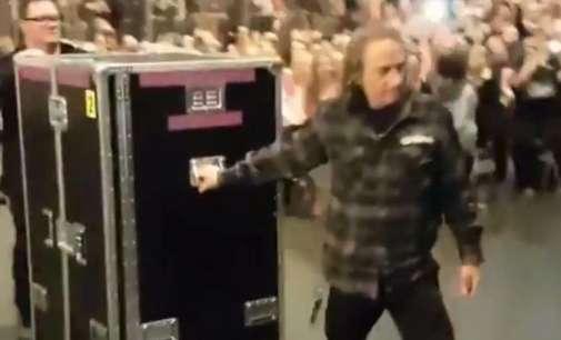 Адел открива дека на концерти од фановите се крие во црна кутија