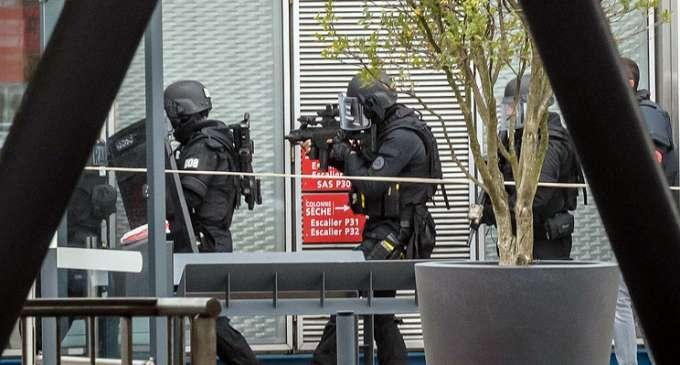 """Париз: Напаѓачот на Орли извикувал """"ќе умрам за Алах"""""""