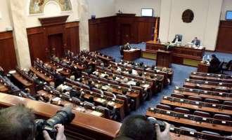 Пратениците на ВМРО-ДПМНЕ со меѓусебно реплицирање ја одолговлекуваат собраниската седница