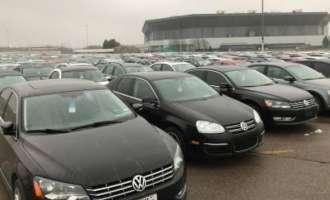 (ВИДЕО) Каде и зошто речиси нови 120.000 дизел автомобили на Volkswagen гнијат под отворено небо?