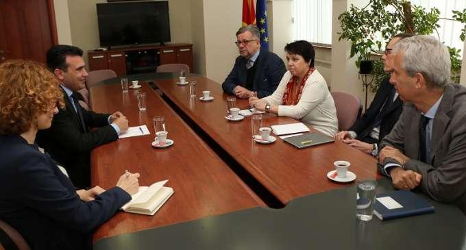 Заев на средбата со амбасадори: Иванов веднаш да го даде мандатот и да осигура мирен трансфер на власта