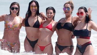 Ким и Кортни Кардашијан во бикини го запалија интернетот
