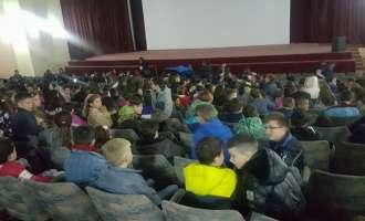 Десетици илјади основци од Македонија, Албанија и Хрватска заедно гледаат еден филм