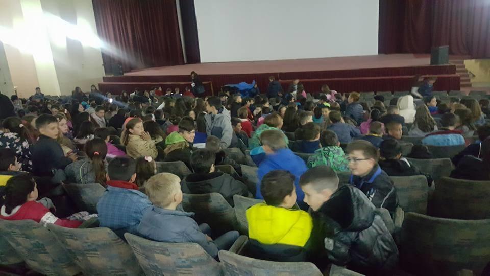 Десетици илјади основци од Македонија  Албанија и Хрватска заедно гледаат еден филм