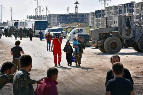 Стотина евакуирани Сиријци заглавени во контролен пункт на бунтовниците
