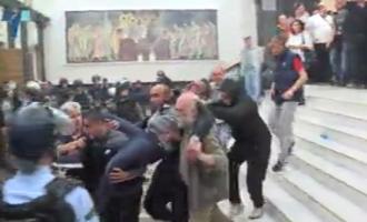 (ВИДЕО) На тројца пратеници на СДСМ, според извори од Собранието, им се укажува брза помош