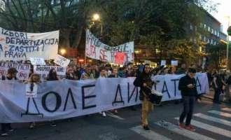 """Протести во Белград: """"Дваесеттите ги газам, работа се уште немам"""""""