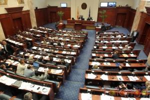 Пратениците од ВМРО ДПМНЕ  тераат по свое   од СДСМ бараат да се зборува по точката од дневниот ред