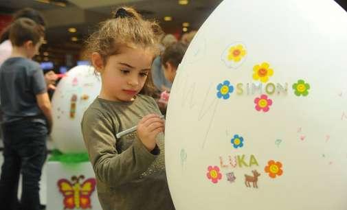 (ГАЛЕРИЈА) Децата ја ослободија својата фантазија – бојадисуваа јајца