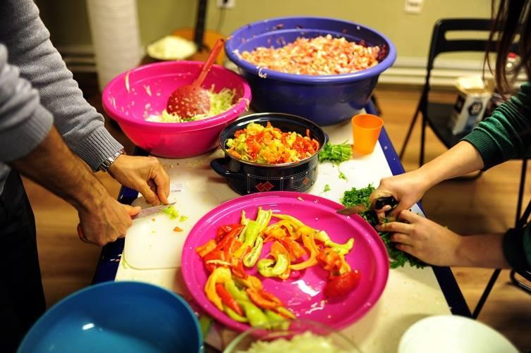 Ретвитни оброк  и  Мрдни со прст    подготовка на оброк за бездомници