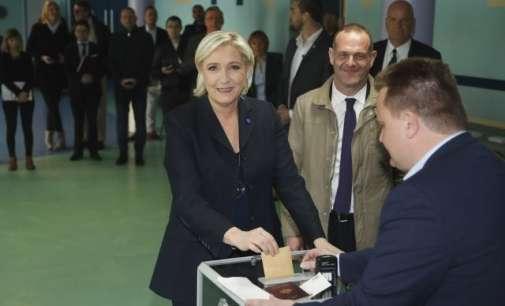 Уапсени феминистки пред гласачко место кај што гласала Ле Пен