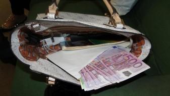 Се обидела да внесе евра во книга – македонските цариници ѝ ги одзеле
