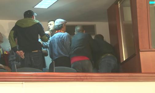 (ВИДЕО) Нови вознемирувачки снимки од вчерашното насилство во Собранието