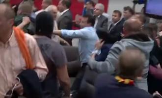 (ВИДЕО) Снимка од нападот врз Заев, што го сторија хулиганите во собраниската сала