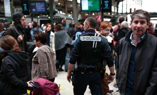 Маж со нож уапсен на железничка станица во Париз