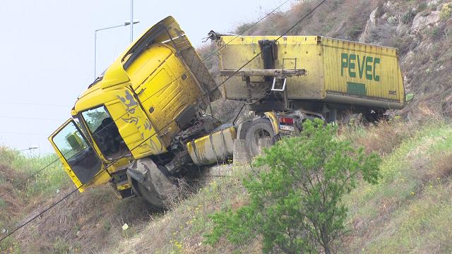 """Трагедија на влезот на Велес – возач на """"сканија"""" загина при пад во бездна"""