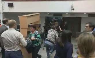 Сведоштва на повредените новинари: Тепаа со што ќе стигнат – се спасуваше кој како знае!