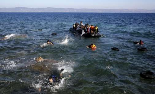Се преврте чамец со бегалци кај Лезбос – најмалку осум загинати