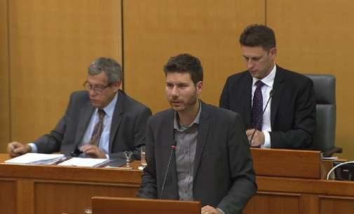 Хрватски пратеник се закани дека нема да ја напушти говорницата се додека негова сограѓанка не добие стан