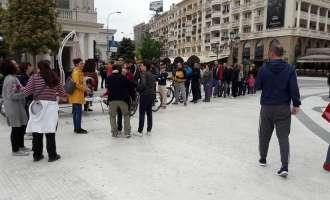На скопскиот плоштад се собираат потписи за олеснување на животот на лицата со пречки во развојот