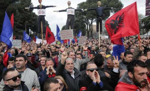 Опозицијата ги блокира патиштата во Албанија