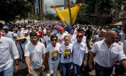Опозицијата во Венецуела со блокада на патиштата го притиска Мадуро