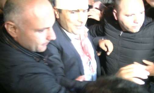 Заев дочекан со овации пред партиското седиште
