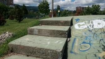 """По роденденот на """"Про кредит"""" банка, остатоци од пиротехника околу паркот (ФОТОГАЛЕРИЈА)"""