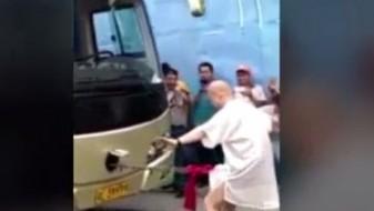 (ВИДЕО 18+) Повлече автобус врзан за половиот орган