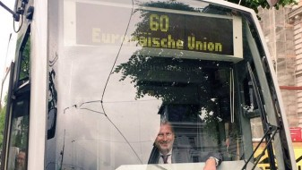 """Еврокомесарот Хан се """"качи"""" ЕУ на автобус"""