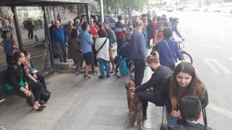 (ГАЛЕРИЈА) Граѓани се собираат пред зградата на Владата на РМ во Скопје
