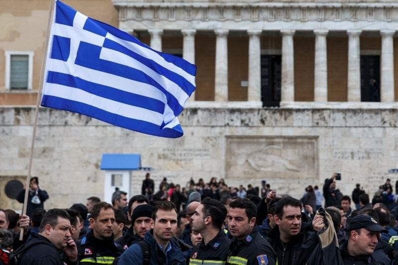 Зошто и покрај спасувачките програми Грција не излегува од кризата