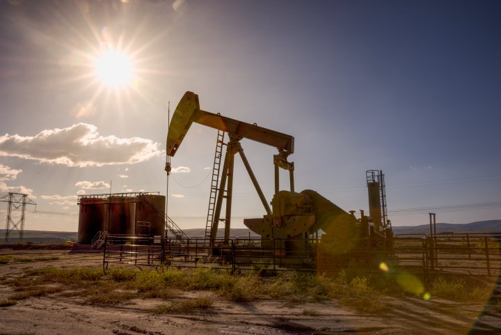 Цените на нафтата паднаа под 52 долара