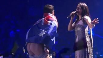Се качи на сцената на Евросонг и го покажа задникот (ВИДЕО)